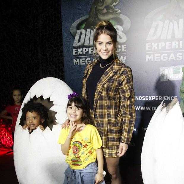 Isabella Santoni com a irmã, Nina (de amarelo) e uma amiguinha da criança (Foto: Brazil news / Marcos Fereira)