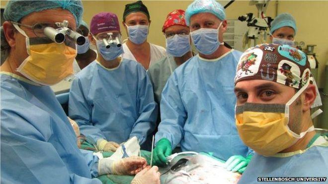 Equipe liderada pelo cirurgião Andre van der Merwe