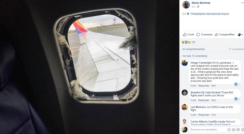Passageiro postou no Facebook imagem da janela do avião quebrada (Foto: Facebook Marty Martinez/Reprodução)