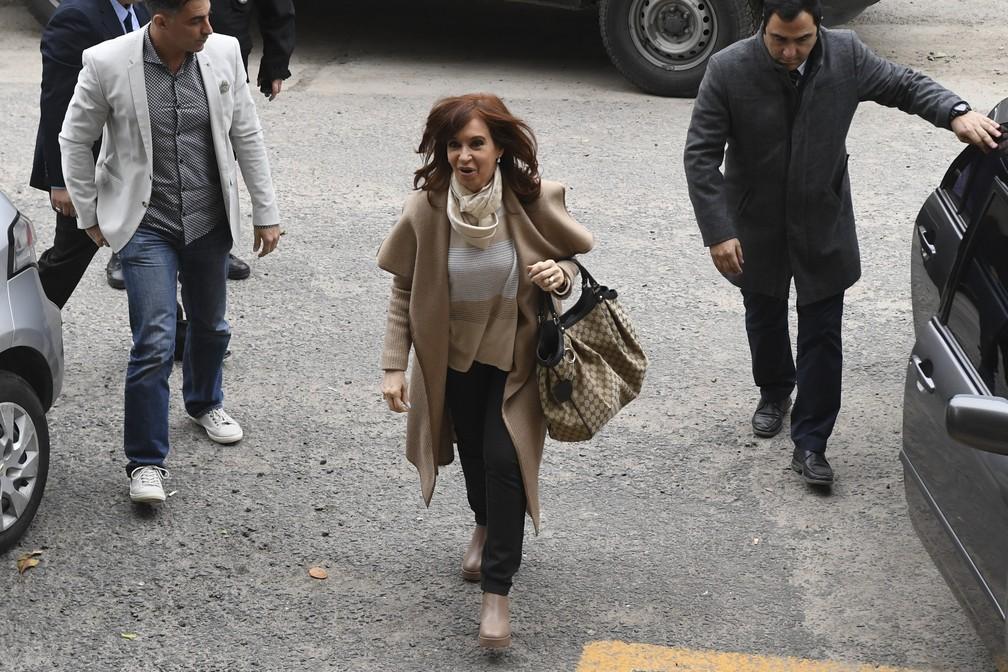 Senadora e ex-presidente argentina Cristina Kirchner chega nesta segunda-feira (3) a tribunal em Buenos Aires — Foto: Eitan Abramovich/ AFP