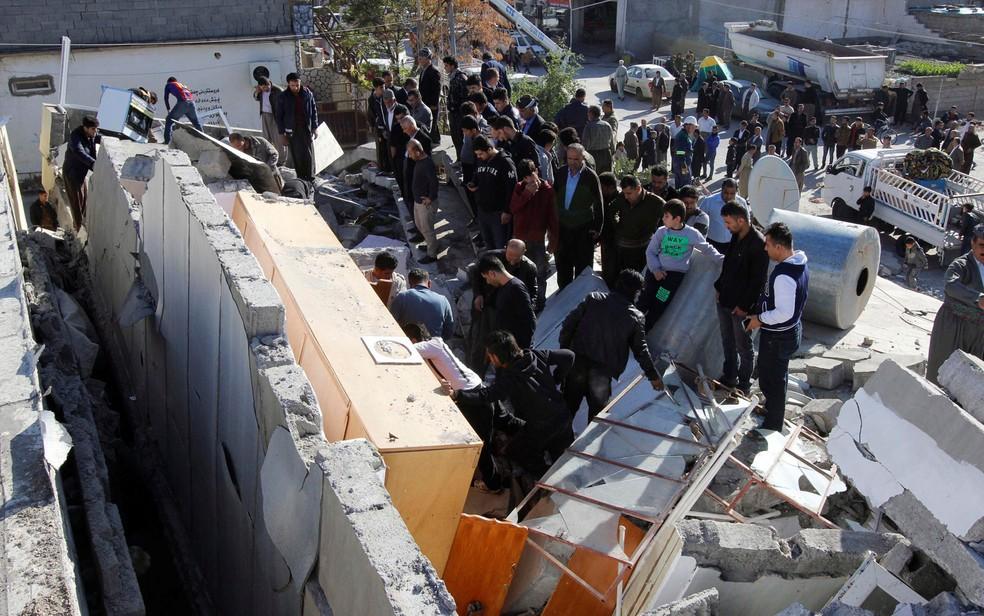 -  Equipes de resgates buscam por pessoas soterradas pelo terremoto que atingiu região entre o Irã e o Iraque  Foto: Reuters/Ako Rasheed
