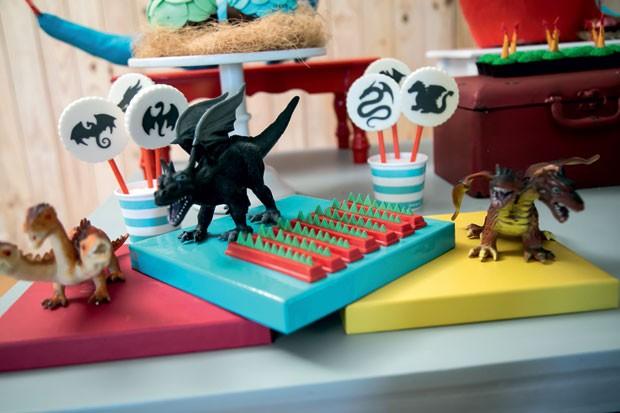 """Detalhe — As bandejas coloridas acomodam dragões de brinquedo e barras de chocolate com """"espinhos"""" modelados com pasta americana. (Foto: Thais Galardi/GNT)"""