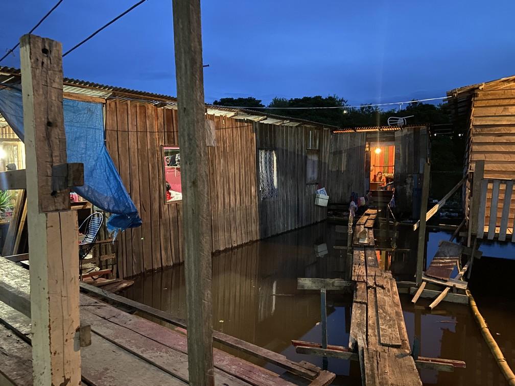 Moradores de palafitas nas margens do Igarapé do Franco, em Manaus, também foram afetados por cheia do Rio Negro. — Foto: Patrick Marques/G1 AM