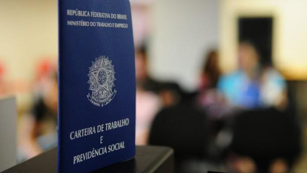 carteira de trabalho, emprego, desemprego, CLT, trabalho formal (Foto: Pedro Ventura/Agência Brasília)