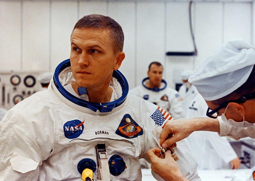 Frank Borman se arrumando para o lançamento da missão Apollo 8, no dia 21 de dezembro de 1968 (Foto: NASA, via Wikimedia Commons)