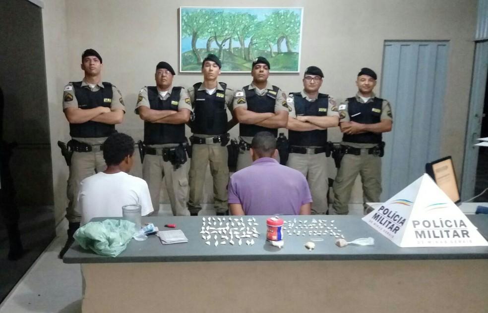 Autor, de camisa roxa, foi preso com as porções dos entorpecentes (Foto: Polícia Militar/Divulgação)