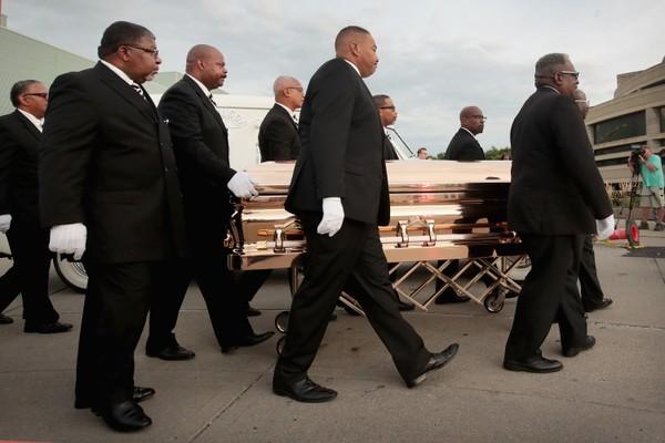 O caixão com o corpo da cantora Aretha Franklin (1942-2018) (Foto: Getty Images)