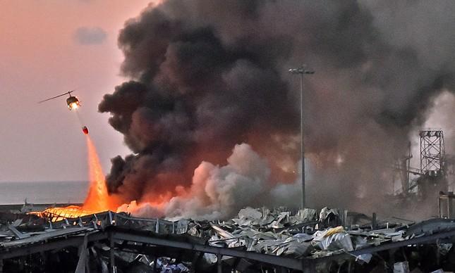 Helicóptero tenta apagar fogo após explosão no porto de Beirute