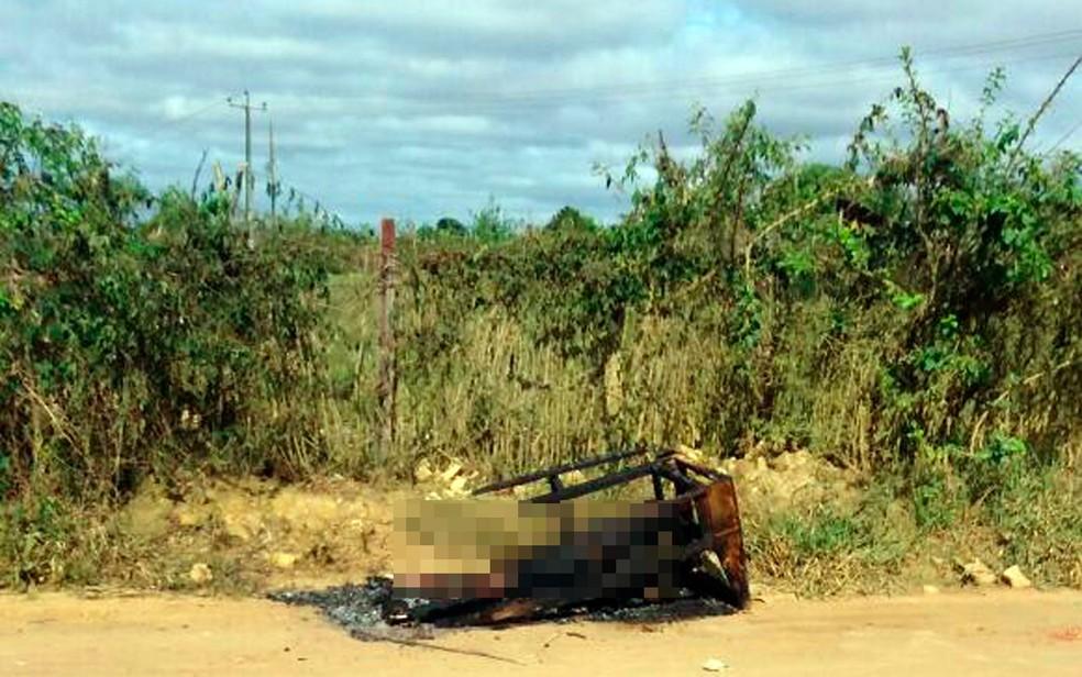 Corpo foi achado às margens de estrada nesta sexta-feira (Foto: Frarlei Nascimento/Blitz Conquista)
