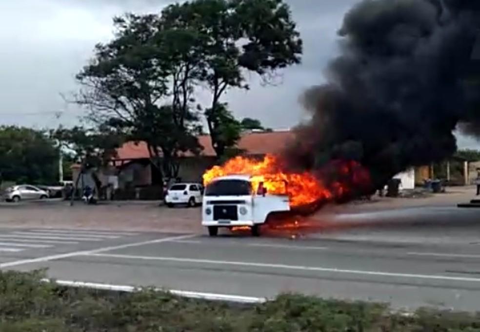 Veículo pegou fogo próximo a um posto de gasolina — Foto: Reprodução