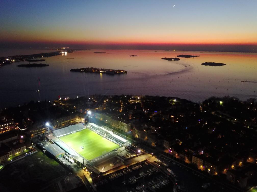 Imagem aérea do estádio Pier Luigi Penzo, do Venezia: acesso só de barco ou a pé — Foto: Divulgação/Venezia FC