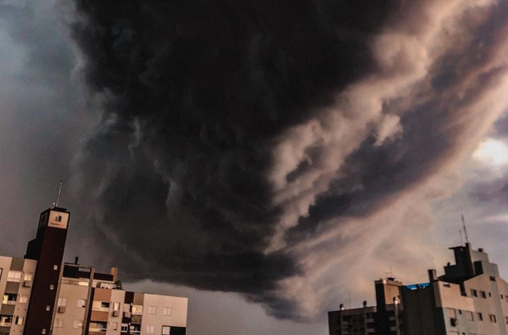 Formação de nuvem cumulonimbus chamou atenção de moradores do Sul catarinense — Foto: Bruno Daros/Arquivo pessoal