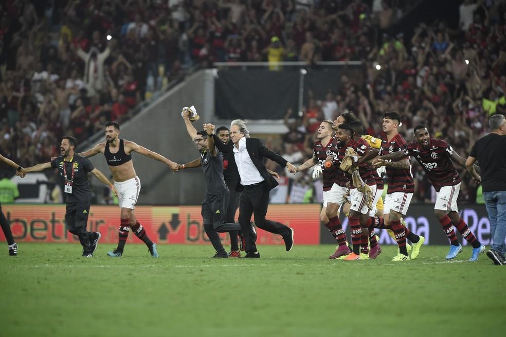 Jorge Jesus comemora com os jogadores do Flamengo no gramado do Maracanã — Foto: André Durão