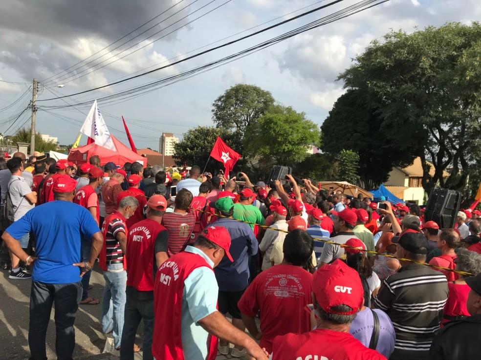 Grupo pró-Lula protesta do lado externo ao bloqueio da polícia. Área está fechada desde a noite de sábado (7). (Foto: Isabela Camargo/Globo News)