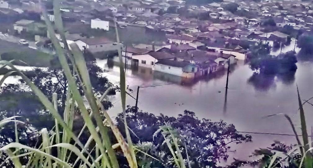 Em Monte Santo de Minas, bairro Magnólia ficou parcialmente alagado — Foto: Reprodução Redes Sociais