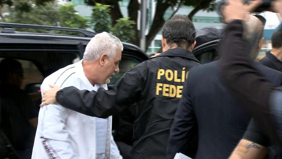 O ex-diretor do Banco do Brasil Henrique Pizzolato, em imagem de 2015, quando foi preso (Foto: Reprodução/TV Globo)