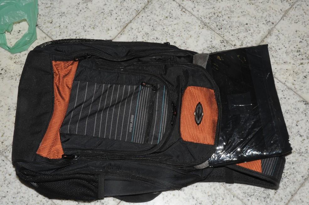 Mochila com fundo falso estava dentro de outra mala. (Foto: Polícia Federal/Divulgação)