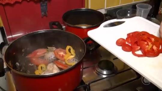 Aprenda a fazer moqueca de surubim com pirão de cachaça e pimenta