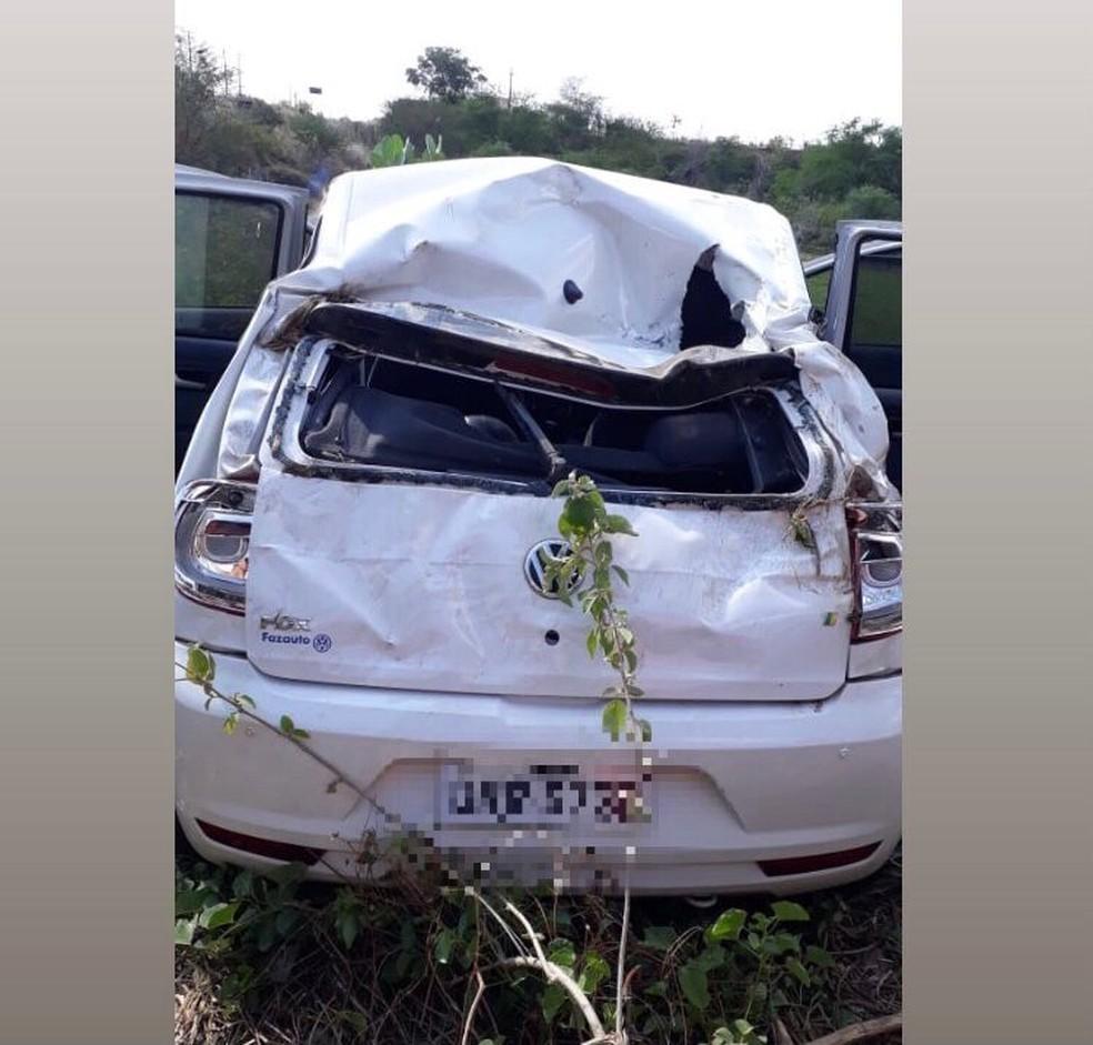Carro ficou destruído após capotar em rodovia estadual do Ceará — Foto: Divulgação