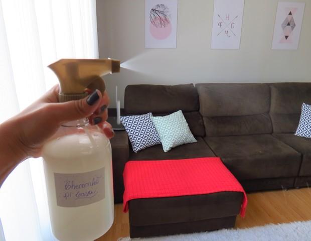 Prepare o seu próprio aromatizador de ambiente e borrife em cortinas e tapetes para tirar o mau cheiro da casa (Foto: Juliana Campos/reprodução Instagram)