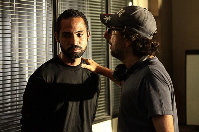 Silvio Guindane e o diretor Vicente Amorim nas gravações de 'A divisão' (Foto: Divulgação)