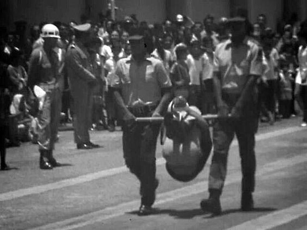 Indígena em pau-de-arara é exposto a autoridades em Belo Horizonte — Foto: Jesco von Puttkamer/Reprodução