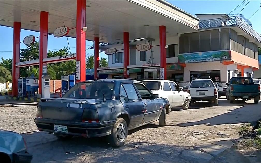 Posto de combustível em Puerto Suarez, na Bolívia, fronteira com Corumbá, em Mato Grosso do Sul, está recebendo grande número de brasileiros para abastecerem seus veículos (Foto: Reprodução/TV Morena)