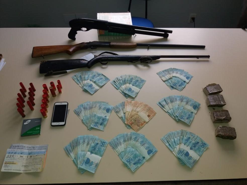 Armas e dinheiro foram encontrados com homem suspeito de participação em organização criminosa — Foto: Polícia Militar/Divulgação