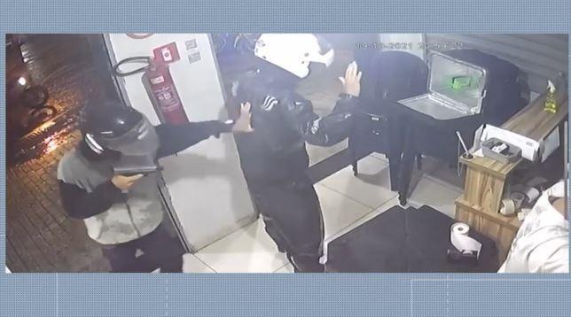 Vídeo: criminoso armado assalta lanchonete e rouba celular, dinheiro e moto em Cariacica, ES