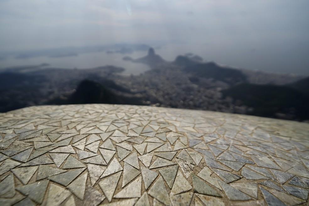 Pedras-sabão formam mosaico que reveste o Cristo Redentor — Foto: Marcos Serra Lima/g1