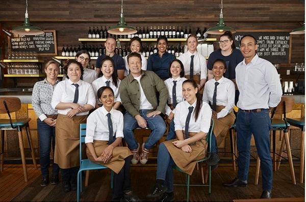O chef e apresentador de TV Jamie Oliver com funcionários de uma unidade de seu restaurante na Austrália (Foto: Instagram)