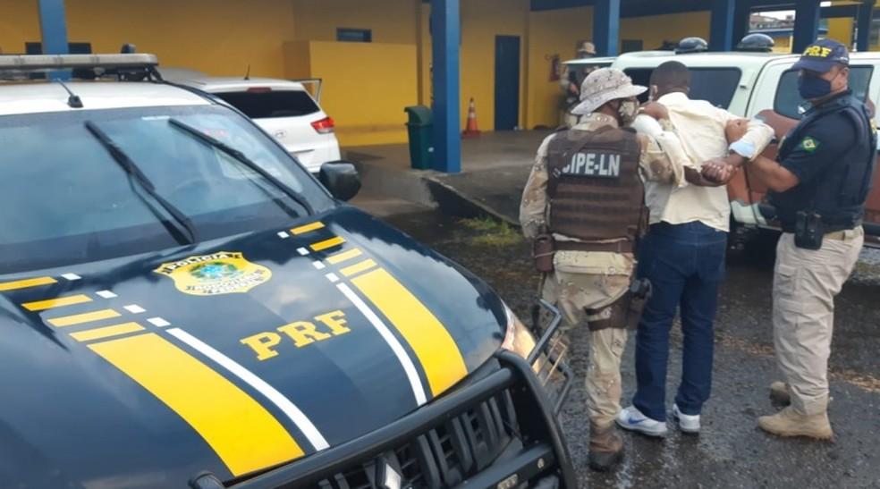 Preso suspeito de participar de roubo a veículo de coronel da PM — Foto: PRF /Divulgação