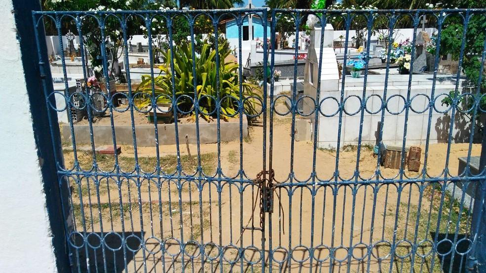 Portão do cemitério é fechado com barra de ferro (Foto: Marksuel Figueredo/Inter TV Cabugi)