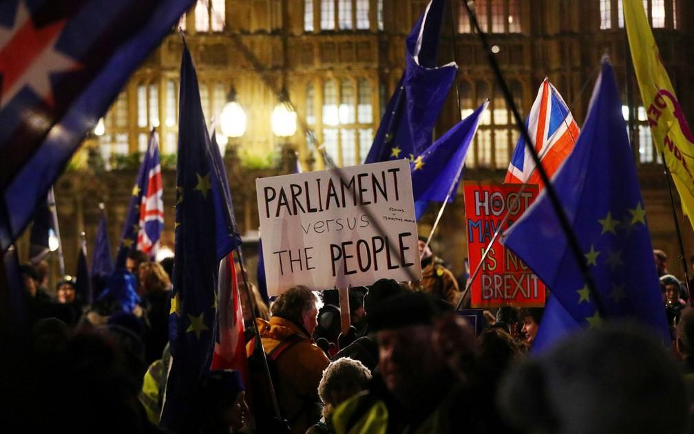 Manifestantes pró-Brexit protestam do lado de fora do Parlamento, em Westminster, Londres, na terça-feira (29) — Foto: Reuters/Hannah Mckay