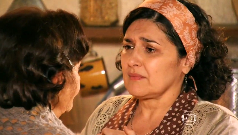 Maria Adília (Inez Vianna) fala do seu temor a Veridiana (Laura Cardoso) - 'Flor do Caribe' — Foto: Globo