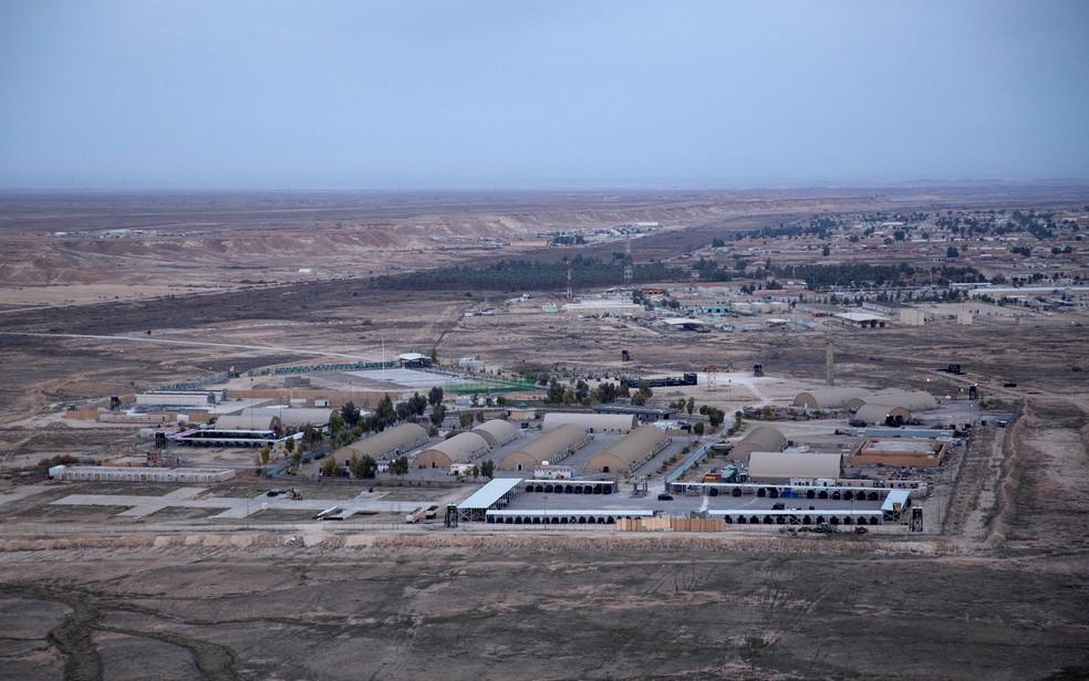 Vista aérea da base de Ain al-Asad, no deserto de Anbar, no Iraque, em 29 de dezembro de 2019. Base foi um dos alvos de foguetes iranianos na quarta-feira (8). — Foto: AP Photo/Nasser Nasser