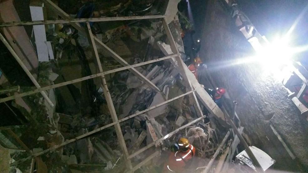 Bombeiros trabalharam cerca de 4h no resgate de corpo de idosa que morreu após desabamento parcial em Rio Pomba nesta segunda (12)  (Foto: Corpo de Bombeiros/Divulgação)