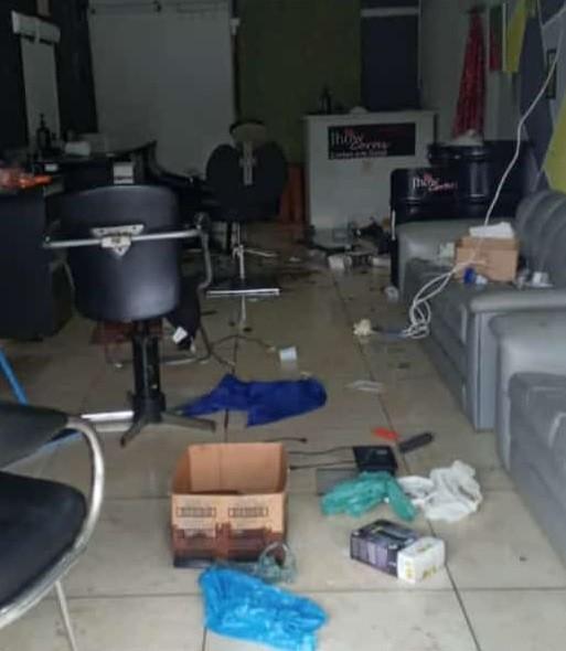 Comerciante encontra barbearia  destruída após furto em Peruíbe: 'Evacuou no salão'