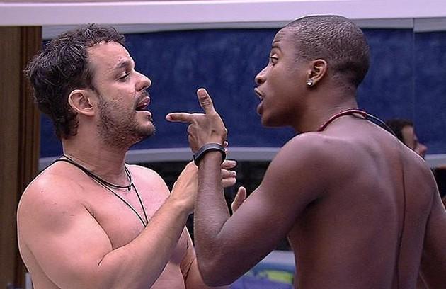 Luan e Adrilles, do 'BBB' 15, tiveram uma briga feia que terminou com Luan colocando o dedo na cara do colega e o chamando de moleque (Foto: Reprodução)