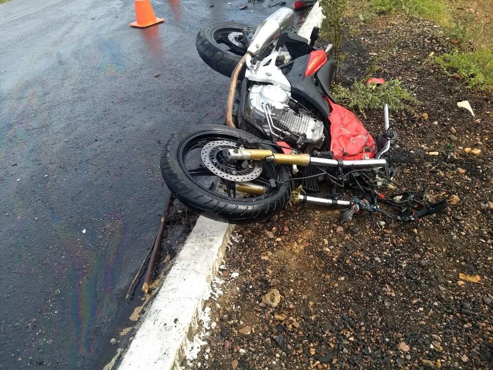 Motociclista foi atingido por veículo de grande porte na BR-116, em Belém do São Francisco.  (Foto: Polícia Rodoviária Federal (PRF))