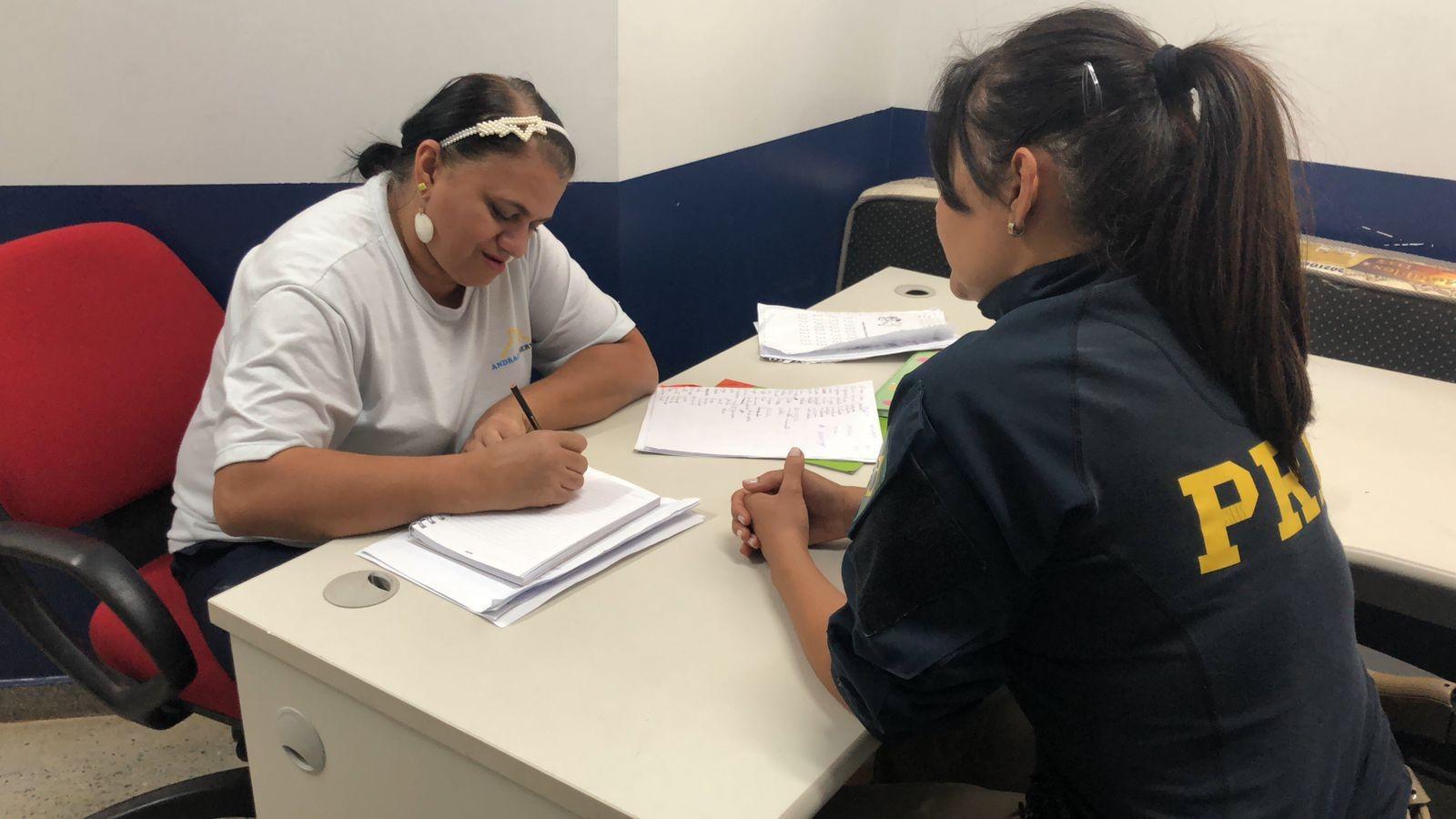 Trabalhadora aprende a ler e escrever aos 47 anos após ter aulas com colega de trabalho no DF