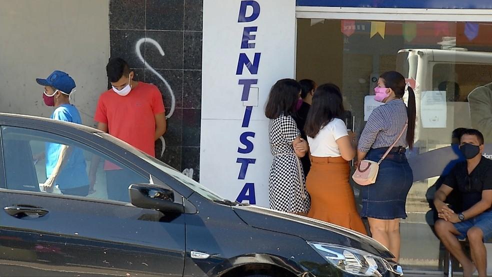 Pessoas na frente de um estabelecimento comercial no Alecrim — Foto: Inter TV Cabugi/Reprodução