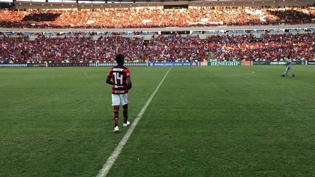 Vitinho de frente para a torcida do Flamengo