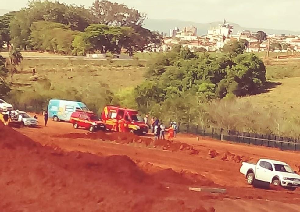 Uma pessoa morre e outra fica ferida em desmoronamento de terra em construção de Passos (MG) — Foto: Reprodução