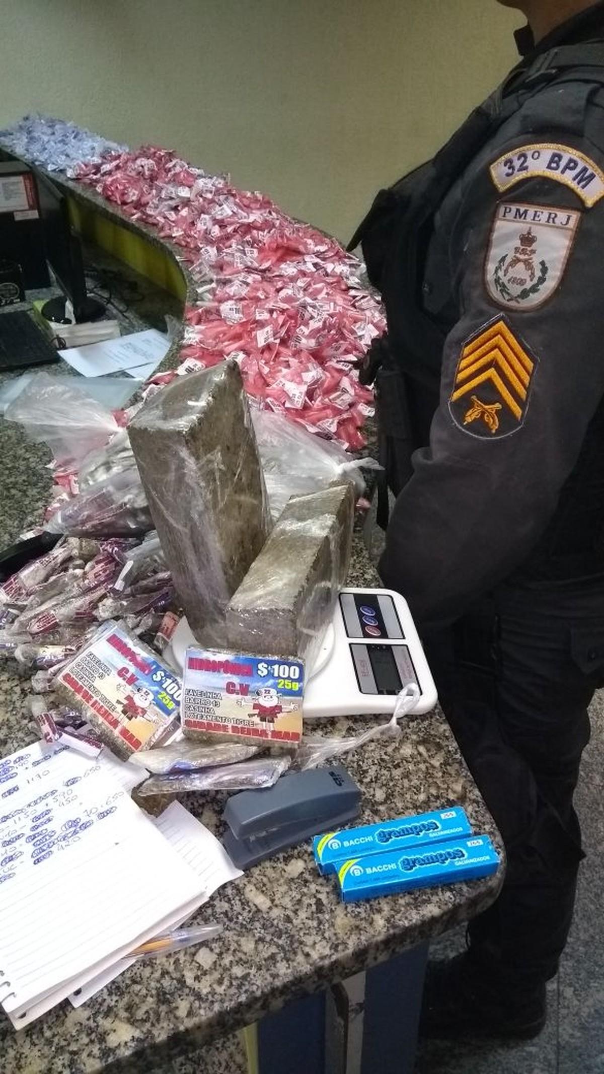Polícia detém uma pessoa e apreende mais de 4 kg de cocaína e quase 4 kg de maconha em Rio das Ostras, no RJ