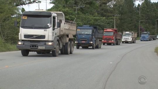 Caminhoneiros fazem paralisação próxima ao Porto de Itapoá, SC