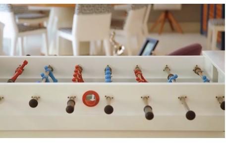 Há também uma sala de jogos com totó e mesa de sinuca Reprodução