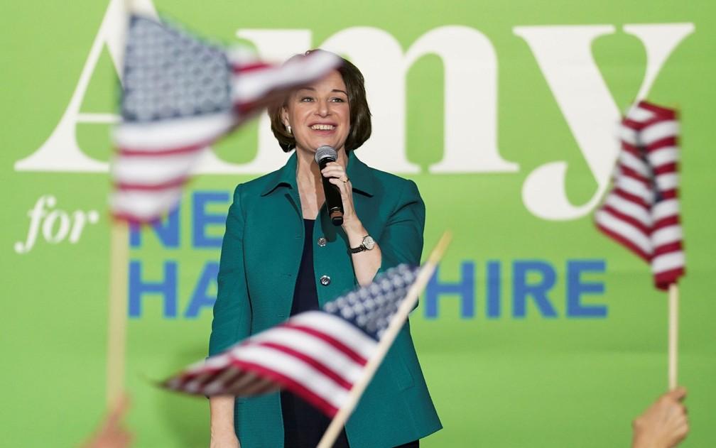 A senadora e pré-candidata democrata Amy Klobuchar durante campanha eleitoral em Exeter, New Hampshire, na segunda-feira (10) — Foto: Reuters/Kevin Lamarque
