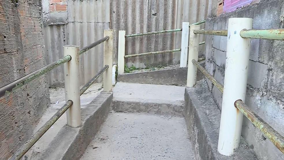 Morte de criança de 10 anos foi em casa neste beco, em Contagem. — Foto: TV Globo