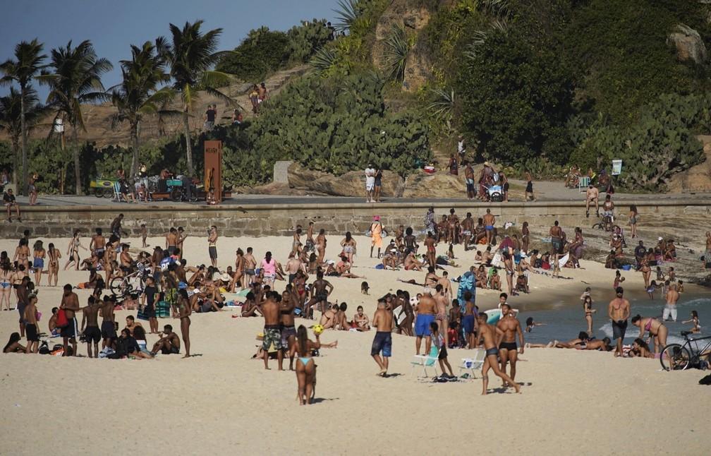 Praia do Arpoador, na Zona Sul do Rio, teve aglomeração nesta sexta-feira (7)  — Foto: Marcos Serra Lima/G1